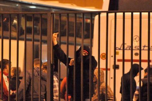 Genova, incidenti durante la partita, poi sospesa, e fuori dallo stadio. la polizia carica i tifosi Serbi. decine di feriti e arresti. - GENOVA - SCONTRO TRA TIFOSI SERBIA - fotografo: milestone media Fonte Corriere della Sera