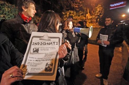 Un presidio dei giovani democratici per protestare contro la presenza di Karima El Mahroug, in arte Ruby Rubacuori, alla discoteca 'Paradiso' di Rimini oggi 30 gennaio 2011.Corriere della Sera GIORGIO BENVENUTI/ANSA