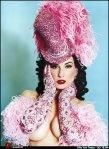 Dita Von Teese con guanti e cappello